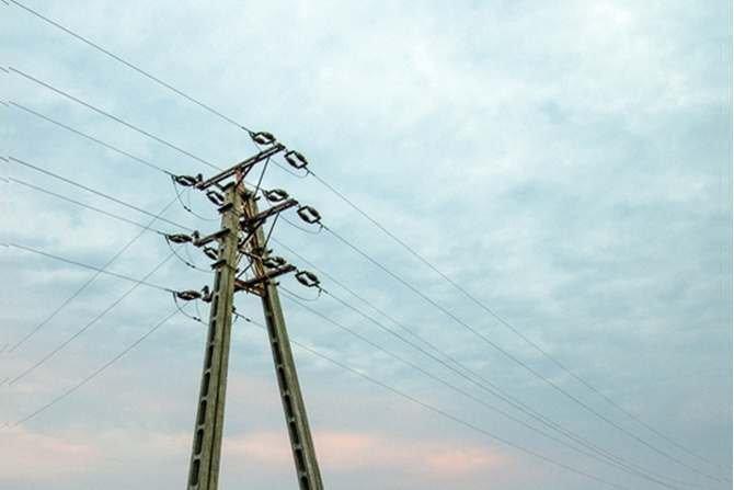 Przyłączanie coraz większej liczby rozproszonych źródeł energii do sieci dystrybucyjnych może powodować pogorszenie jakości zasilania odbiorców. Trzeba wiedzieć, że takie źródła mogą powodować krótkotrwałe zmiany i wahania napięcia. Szczegóły w tekście. J. Sawicki