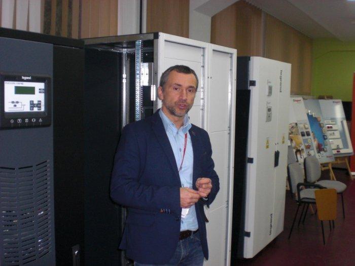 Radosław Jagas omawia budowę zasilacza UPS