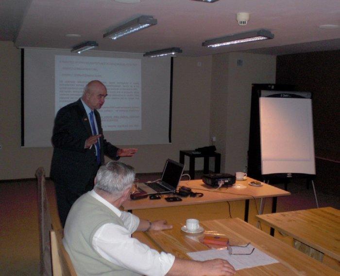 Redaktor Julian Wiatr omawia metodykę zasilania urządzeń elektrycznych, których funkcjonowanie jest niezbędne w czasie pożaru