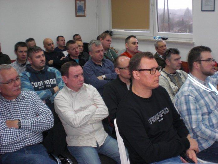 Podczas szkolenia w firmie Podkowa, uczestnicy słuchają wykładu prowadzonego przez red. Juliana Wiatra