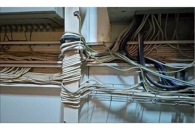 Często w rozbudowywanych instalacjach liczba przewodów znacznie się powiększa – szkoda, że instalatorzy zapominają o podstawowych zasadach prowadzenia tego typu tras K. Łukowiak