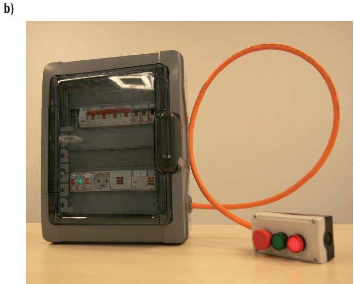 Rys. 1.  Przykład uproszczonego sterowania przeciwpożarowego wyłącznika prądu (Q1) z wyzwalaczem wraz z sygnalizacją stanu pracy: demonstracyjna rozdzielnica z wyłącznikiem przeciwpożarowym prądu [9]