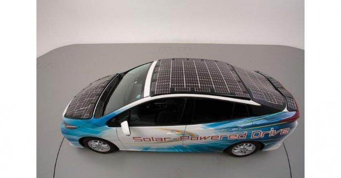 Toyota Prius z panelami słonecznymi na dachu