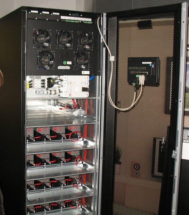 fot 3 przykladowy zasilacz ups z modulem mocy zabudowanym na gorze oraz bateriami umieszczonymi na polkach
