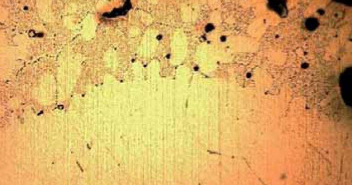 rys 3 zglad metalograficzny stopienia zwarciowego powstalego w atmosferze o duzej zawartosci tlenu okolo 21 wraz z materialem rodzimym obraz otrzymany przy powiekszeniu 200 2
