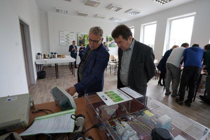 """Otwarcie sali w zielonogórskim """"Elektroniku"""", która pomoże uczyć się o elektromobilności Fot. ekoenergetyka.com.pl"""