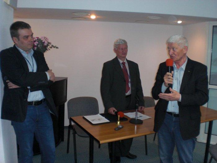 Rober Kopciński oraz bryg. w st. spocz. Józef Sczotka podczas dyskusji po wygłoszeniu referatu.