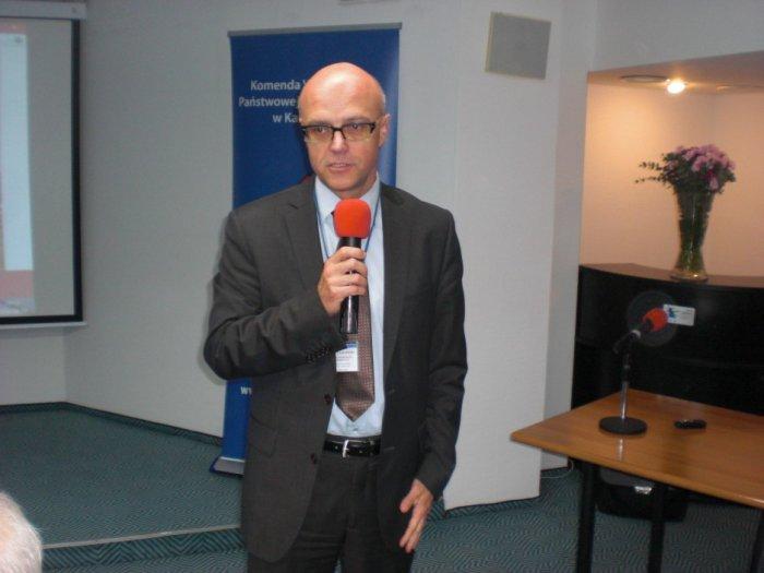 St, bryg. Jeremi Szczygłowski, z-ca Komendanta Wojewódzkiego PSP w Katowicach, podczas powitania uczestników konferencji.