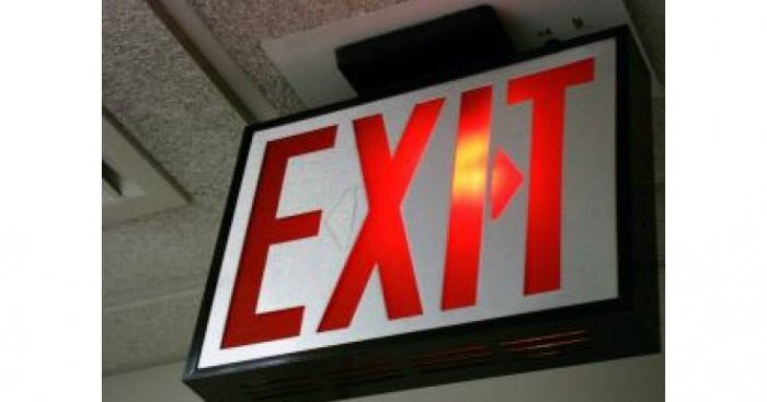 """W normie PN-EN 1838:2013-11 E """"Zastosowania oświetlenia. Oświetlenie awaryjne"""" wprowadzono znaki bezpieczeństwa jako element oświetlenia drogi ewakuacyjnej [6] Fot. Freepik"""