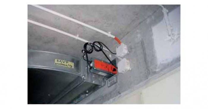 Kable ognioodporne sterujące działaniem klapy przeciwpożarowej prowadzone w rurkach instalacyjnych mocowane zwykłymi uchwytami
