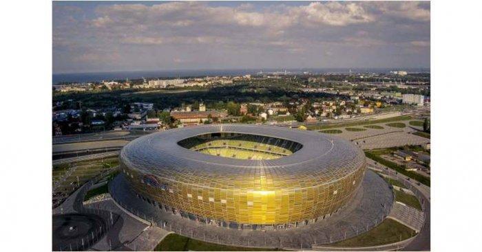 Widok całego zadaszenia obiektu piłkarskiego Stadion Energa Gdańsk. Opiera on się na specjalnej konstrukcji stalowej. Zostały w tym celu zaprojektowane dźwigary w kształcie przypominającym żagiel. Otaczają one cały stadion i tworzą spójną bryłę. Fot. Stadion Energa Gdańsk