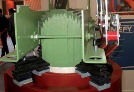 Fot. 7. Przykładowe rozwiązanie przekładek tłumiących drgania w transformatorze suchym żywicznym