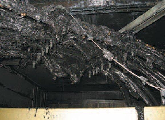 Fot. 2. Stopione kable zasilające transformator w wyniku wewnętrznego zwarcia łukowego w rozdzielnicy