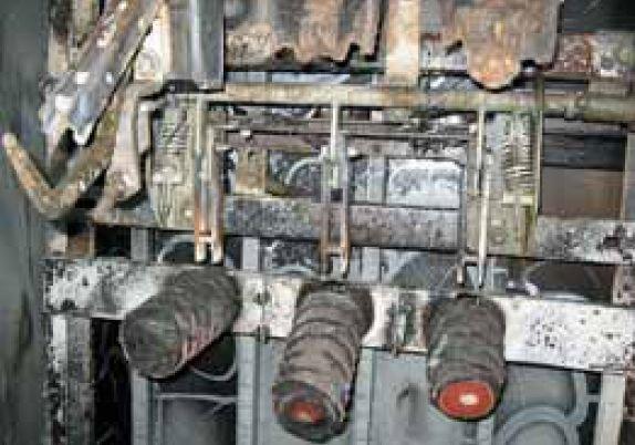 fot 2 uszkodzony rozlacznik sn w wyniku wewnetrznego zwarcia lukowego w rozdzielnicy