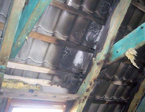 fot 3 szkody wewnatrz obiektu w przypadku wyladowania piorunowego w blaszane pokrycie dachowe 9 1