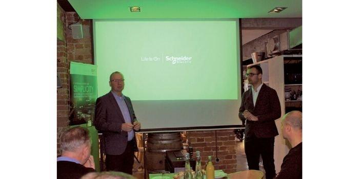 Od lewej Cezary Gutowski i Przemysław Szcześniak podczas odpowiedzi na pytania, fot. JT