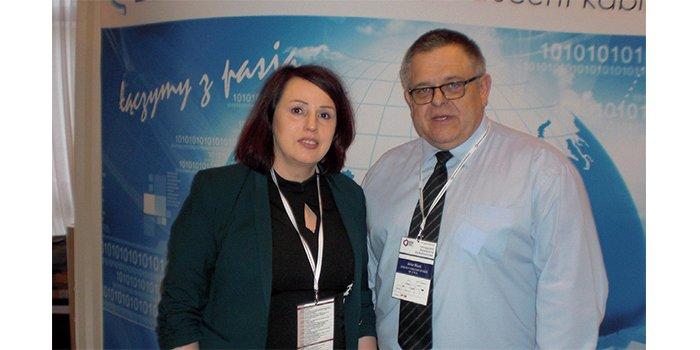 Kierownicy projektu Zakładów Kablowych Bitner, Małgorzata Zygmunt-Kaczmarek oraz Artur Block na stoisku wystawy towarzyszącej obradom konferencji, fot. ww