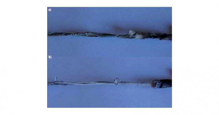 Porównanie stopnia zniszczenia izolacji przewodów: a) bez osłony mikowej żył, b) z osłoną mikową