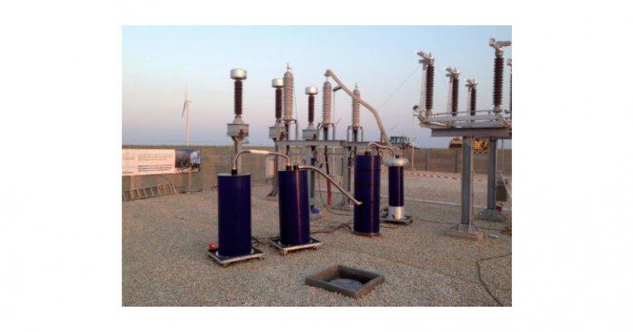 Rys. 3. Urządzenie do prób napięciem monitorowanym oraz badania wyładowań niezupełnych i współczynnika strat dielektrycznych przy użyciu tłumionego napięcia sinusoidalnego DAC, próba napięciem 180 kV E. Gulski i inni