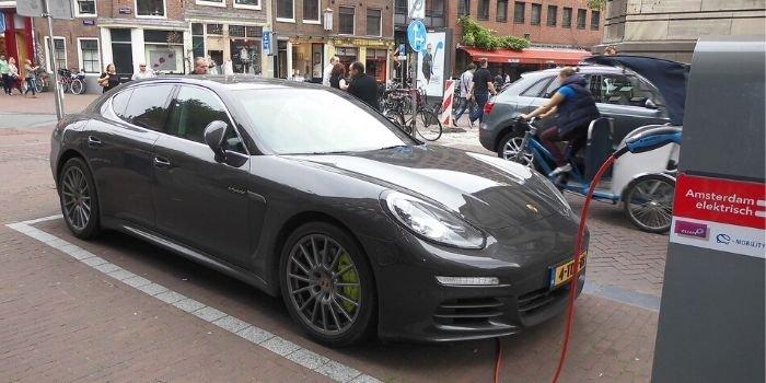 Folia naładuje akumulatory samochodów elektrycznych, fot. pixabay.com