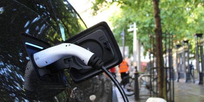 Ładowanie samochodu elektrycznego. Fot. Unsplash